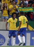 Willian comemora gol do Brasil com Elias em Fortaleza.  13/10/2015.   REUTERS/Paulo Whitaker