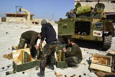 """Солдаты, лояльные президенту Сирии Башару Асаду, в городе Хамреет. 1 марта 2015 года. Сирийская армия вместе с союзниками - иранскими солдатами и ливанской группировкой """"Хезболла"""" - планируют вскоре начать атаку против повстанцев в регионе Алеппо при поддержке российских воздушных сил, сообщили два региональных чиновника во вторник. REUTERS/ Stringer"""