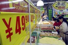 Покупатели в супермаркете в Сучжоу. 14 октября 2015 года. Потребительская инфляция в Китае в сентябре оказалась ниже ожиданий, в то время как цены производителей снижаются уже 43 месяца подряд, усиливая беспокойство по поводу роста дефляционного давления во второй по величине экономике мира. REUTERS/China Daily