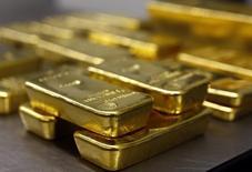 Слитки золота в хранилище Pro Aurum в Мюнхене. 3 марта 2014 года. Цены на золото снижаются с трехмесячного максимума, отмеченного благодаря дефляционному давлению в Китае, которое может заставить ФРС отложить повышение процентных ставок. REUTERS/Michael Dalder