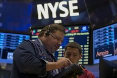 La Bourse de New York a ouvert mercredi sans grand changement après la publication de résultats trimestriels contrastés par les deux premières banques américaines par les actifs, JPMorgan et Bank of America. Peu après l'ouverture, l'indice Dow Jones prend  0,07%, le Standard & Poor's 500 gagne 0,18% et le Nasdaq Composite avance de 0,4%. /Photo prise le 7 octobre 2015/REUTERS/Brendan McDermid