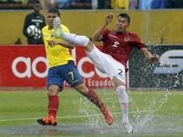Juan Zampieri (à direita), da Bolívia, em disputa de bola com Jefferson Montero, do Equador, em Quito, na terça-feira. 13/10/2015 REUTERS/Guillermo Granja