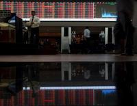 """Unas personas en la rueda de operaciones de la Bolsa de Sao Paulo, ago 24, 2015. La Bolsa de Sao Paulo subía el jueves impulsada por los mercados accionarios internacionales, pese a que Fitch rebajó la calificación de Brasil a """"BBB-"""", alertando que el país puede perder pronto el grado de inversión de parte de la agencia. REUTERS/Paulo Whitaker"""