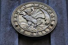 El emblema del Banco Central de Chile en su sede en el centro de Santiago, ago 25, 2014. El Banco Central subió el jueves su tasa de interés referencial en un cuarto de punto porcentual al 3,25 por ciento, en una decisión esperada por una parte del mercado y que puso fin a un ciclo de casi un año de política monetaria marcadamente expansiva.  REUTERS/Ivan Alvarado