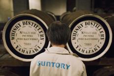 Le conglomérat japonais spécialisé dans les boissons Suntory pourrait abandonner sa coentreprise déficitaire avec le chinois Tsingtao Brewery, dont les ventes stagnent sur fond de concurrence acharnée sur le marché chinois, /Photo prise le 1er décembre 2014/REUTERS/Thomas Peter