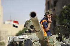 """Солдат сирийской армии в Адра аль-Омалия. 25 сентября 2014 года. Сирийские войска при поддержке сотен иранских военных и представителей ливанского движения """"Хезболла"""" начали крупное наступление к югу от Алеппо, сообщил в пятницу высокопоставленный военный источник в Сирии. REUTERS/Omar Sanadiki"""