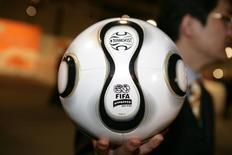 Bola oficial da Copa do Mundo de 2006, na Alemanha.   09/12/2005   REUTERS/Kai Pfaffenbach