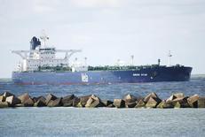 """Принадлежащий Саудовской Аравии супертанкер """"Sirius Star"""" близ Роттердама 17 октября 2008 года. Саудовская Аравия в августе снизила экспорт нефти и экспортировала рекордный объем нефтепродуктов, согласно официальной статистике. REUTERS/Adri Schouten"""