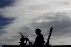 Итальянский солдат на учениях НАТО в Трапани. 19 октября 2015 года. НАТО и его союзники начали крупнейшие за десятилетие военные учения в Средиземном море, чтобы продемонстрировать возможности альянса в связи с ростом военного присутствия России от Балтийского моря до Сирии. REUTERS/Tony Gentile