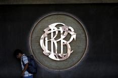 Un hombre camina junto al logo del Banco Central de Perú, en el centro de Lima, 7 de abril de 2015. Las expectativas empresariales de Perú mejoraron levemente en septiembre frente al mes anterior, dijo el lunes una encuesta del Banco Central, pese al enfriamiento que muestran algunos sectores vinculados a la demanda interna. REUTERS/Mariana Bazo