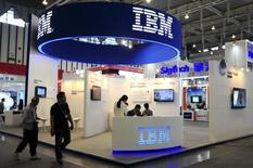 IBM a publié lundi un chiffre d'affaires en baisse - à 2,96 milliards de dollars (2,61 milliards d'euros) - pour le quatorzième trimestre consécutif, conséquence de la vigueur du dollar et de la vente de certaines activités à faibles marges. /Photo d'archives/REUTERS/China Daily