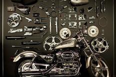 Мотоцикл  Harley-Davidson и детали в музее компании в Милуоки 12 июля 2008 года. Чистая прибыль американского производителя мотоциклов Harley-Davidson за квартал уменьшилась на фоне снижения продаж, заставив компанию задуматься о сокращении персонала. REUTERS/Finbarr O'Reilly