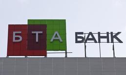 Логотип БТА банка в Алма-Ате 2 февраля 2009 года. Армэкономбанк ведет переговоры о слиянии с местным филиалом казахстанского БТА, сообщила пресс-секретарь армянского банка Анна Мкртчян. REUTERS/Shamil Zhumatov