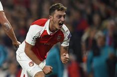 Ozil comemora gol do Arsenal contra o Bayern de Munique em Londres.  20/10/15. Reuters/Dylan Martinez