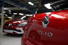 La nouvelle Clio RS dans l'usine Renault de Dieppe. La France s'est assuré l'accord prudent du Japon dans sa démarche de renforcer son influence chez Renault, ont dit à Reuters plusieurs sources au fait du dossier, en dépit des mises en garde de Carlos Ghosn sur un risque de déséquilibre de l'alliance avec Nissan. /Photo prise le 1er septembre/REUTERS/Philippe Wojazer