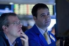 Трейдеры на торгах Нью-Йоркской фондовой биржи 19 октября 2015 года. Фондовые рынки США снизились во вторник за счет здравоохранения и биотехнологических компаний. REUTERS/Brendan McDermid