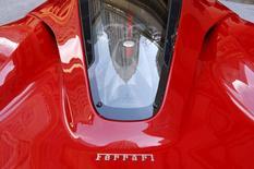 L'action Ferrari, filiale de voitures de sport de Fiat Chrysler Automobiles, a ouvert mercredi à 60 dollars pour sa première cotation à Wall Street, en hausse de 15% par rapport à son prix d'introduction de 52 dollars. /Photo prise le 21 octobre 2015/REUTERS/Lucas Jackson
