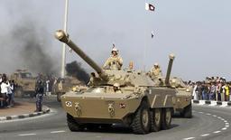 Катарские военнослужащие на параде в Дохе 18 декабря 2011 года. Катар, один из главных союзников повстанцев в сирийской гражданской войне, не исключает возможность военного участия в конфликте после начала российской операции в Сирии, хотя предпочел бы политическое решение кризиса. REUTERS/Suhaib Salem