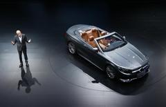 Dieter Zetsche, président du directoire de Daimler. Le constructeur allemand annonce une hausse de 31% de son bénéfice d'exploitation au troisième trimestre grâce à la vigueur de la demande en Europe et en Chine et au lancement de nouveaux modèles, qui ont favorisé des ventes record. /Photo prise le 15 septembre 2015/REUTERS/Ralph Orlowski