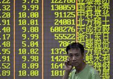 Инвестор в брокерской конторе в Ханчжоу. 21 октября 2015 года. Азиатские фондовые рынки, кроме Китая, снизились в четверг, пока инвесторы ждут итогов совещаний Европейского центробанка и ФРС. REUTERS/Stringer
