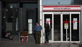 Люди у входа с офис службы занятости в Мадриде. 3 июня 2014 года. Безработица в Испании в третьем квартале упала до четырехлетнего минимума в 21,2 процента, несмотря на замедление темпов создания новых рабочих мест. REUTERS/Andrea Comas