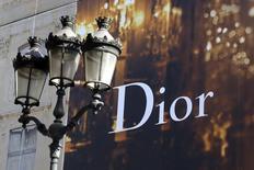 Christian Dior a annoncé jeudi le départ de son directeur artistique Raf Simons pour raisons personnelles. /Photo d'archives/REUTERS/Charles Platiau