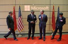 (De izquierda a derecha) El fundador de Microsoft, Bill Gates; el presidente del directorio de Microsoft, John Thompson; el presidente de Microsoft, Brad Smith, y Qi Lu, vicepresidente ejecutivo del Grupo de Aplicaciones y Servicios de Microsoft, toman sus posiciones para saludar al presidente chino, Xi Jinping (no en la foto), mientras llega a la sede central en Redmond, Washington, 23 de septiember de 2015.  REUTERS/Ted S. Warren/Pool