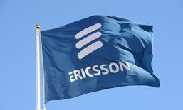 Флаг с логотипом Ericsson у штаб-квартиры компании в Стокгольме. 11 марта 2015 года. Продажи и операционная прибыль шведской Ericsson в третьем квартале оказались ниже ожиданий рынка на фоне падения выручки подразделения по производству сетевого оборудования, на которое приходится более половины продаж компании. REUTERS/Jonas Ekstromer/TT News Agency