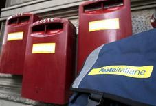 Le prix d'introduction en Bourse de la Poste italienne a été fixé à 6,75 euros. Les débuts boursiers de Poste Italiane à Milan sont prévus le 27 octobre. Il s'agit de la plus importante privatisation en Italie depuis 10 ans. /Photo prise le 22 octobre 2015/REUTERS/Stefano Rellandini