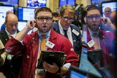 Les marchés actions américains ont ouvert vendredi en nette progression, l'annonce d'une nouvelle réduction des taux de la Banque populaire de Chine (BPC) venant renforcer une tendance haussière largement alimentée par les valeurs technologiques. /Photo prise le 22 octobre 2015/REUTERS/Lucas Jackson