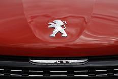 PSA Peugeot Citroën affiche une hausse de 3,2% de son chiffre d'affaires au troisième trimestre malgré une baisse de ses volumes mondiaux. La hausse des prix de vente du groupe sur un marché européen vigoureux éclipse le trou d'air observé en Chine. /Photo d'archives/REUTERS/Benoît Tessier