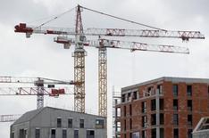 Construction à Bordeaux. L'amélioration de la demande de logements neufs a subi un coup d'arrêt au troisième trimestre en France, les promoteurs faisant état d'un léger repli après neuf mois de fort rebond, selon l'enquête trimestrielle de conjoncture de l'Insee sur le secteur. /Photo prise le 2 juillet 2015/REUTERS/Régis Duvignau
