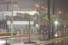 Imagen de archivo de unos trabajadores a las afueras de la refinería Madero de Pemex a las afueras de Tampico, México, ago 14, 2012. La petrolera estatal mexicana Pemex dijo el martes que tiene bajo control una fuga de gas en la planta de alquilación de la refinería Francisco Madero, con capacidad para procesar 190,000 barriles por día, ubicada en el noreste del país.  REUTERS/Alejandro Montano/Photosecuencia  Imagen de uso no comercial, ni de ventas, ni de archivo. Solo para uso editorial. No está disponible para su venta en marketing o en campañas publicitarias. Esta fotografía fue entregada por un tercero y es distribuida, exactamente como fue recibida por Reuters, como un servicio para sus clientes.