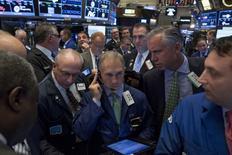 La Bourse de New York a fini mardi en baisse de 0,24%, l'indice Dow Jones cédant 41,76 points à 17.581,29 points. /Photo prise le 26 octobre 2015/REUTERS/Brendan McDermid