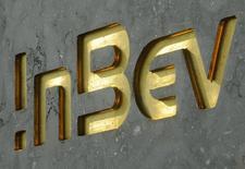 La date limite pour le dépôt d'une offre ferme d'Anheuser-Busch InBev, numéro un mondial de la bière, sur SABMiller, le numéro deux, est prolongée d'une semaine, jusqu'au 4 novembre. /Photo d'archives/REUTERS/Jan Van De Vel