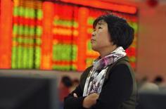 Инвестор в брокерской конторе в Фуяне. 26 октября 2015 года. Азиатские фондовые рынки, кроме Японии, снизились в среду в ожидании итогов совещания ФРС. REUTERS/Stringer