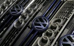 Los logos de Volkswagen y Audi colocados en varias parrillas de vehículos en Bosnia y Herzegovina, el 29 de septiembre de 2015. Volkswagen reportó el miércoles una pérdida operacional en el tercer trimestre, impactado por los costos relacionados con su escándalo de adulteración de pruebas de emisiones de autos a diésel, un panorama que llevó a la automotriz a recortar sus proyecciones de utilidades. REUTERS/Dado Ruvic