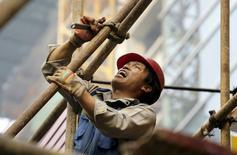 A Pékin. La croissance de l'économie chinoise cette année pourrait être supérieure aux prévisions de 6,8% du Fonds monétaire international même si les perspectives à moyen terme semblent plus incertaines, déclare le directeur du département Asie-Pacifique au sein du FMI. /Photo prise le 16 octobre 2015/REUTERS/Jason Lee