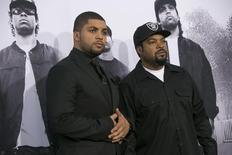 """Jackson Jr. posa ao lado do pai, Ice Cube, em lançamento de """"Straight Outta Compton"""", em Los Angeles. 10/8/2015.  REUTERS/Mario Anzuoni"""