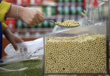 Un cliente comprando soja en un supermercado en Wuhan, China, abr 14, 2014. Los futuros de granos y de la soja bajaron el miércoles en Chicago por preocupaciones originadas en una menor demanda proveniente de China y una mejoría de las condiciones climáticas en regiones agrícolas claves del mundo. REUTERS/Stringer IMAGEN CON RESTRICCIÓN DE USO EN CHINA