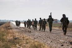 """Курдские солдаты идут в сторону Телль-Абъяда. 15 июня 2015 года. Турция """"сделает все необходимое"""", включая военную операцию, чтобы предотвратить создание поддерживаемыми США сирийскими курдами автономии в приграничном городе Телль-Абъяд, сказал президент Турции Реджеп Тайип Эрдоган в среду. REUTERS/Rodi Said"""