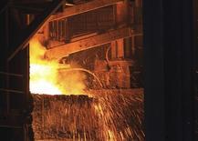 Acero fundido salta de una caldera donde se están derritiendo armas, en la planta de Gerdau en Rancho Cucamonga, California, 30 de julio de 2013. La siderúrgica brasileña Gerdau SA informó el jueves de una pérdida neta de 1.960 millones de reales (502 millones de dólares) en el tercer trimestre, incumpliendo pronósticos de analistas que apuntaban a que la empresa no registraría ganancias y perjuicios. REUTERS/David McNew