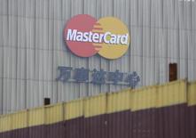 MasterCard a annoncé jeudi une baisse de 3,8% de son bénéfice trimestriel liée à une hausse de 8,5% de ses coûts d'exploitation. /Photo prise le 30 octobre 2014/REUTERS/Jason Lee