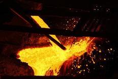 Cobre derretido es vertido en la planta de procesamiento de KGHM, en Glogow, 10 de mayo de 2013. El cobre y otros metales básicos caían el jueves, presionados por las perspectivas de un alza en las tasas de interés en Estados Unidos en diciembre y las preocupaciones de inversores sobre la demanda en el mayor consumidor de metales China. REUTERS/Peter Andrews