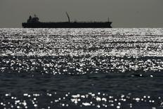 Нефтяной танкер на озере Маракайбо в Венесуэле. 1 марта 2008 года. Цены на нефть снижаются за счет укрепления доллара после намека ФРС на повышение процентных ставок в декабре. REUTERS/Jorge Silva