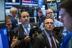 Operadores trabajando en la Bolsa de Nueva York, 28 de octubre de 2015. Las acciones bajaban el jueves en la apertura en la bolsa de Nueva York, después de que la Reserva Federal revivió las expectativas de un aumento en las tasas de interés en diciembre y tras un dato que mostró que el crecimiento del Producto Interno Bruto de Estados Unidos fue inferior a lo esperado. REUTERS/Lucas Jackson