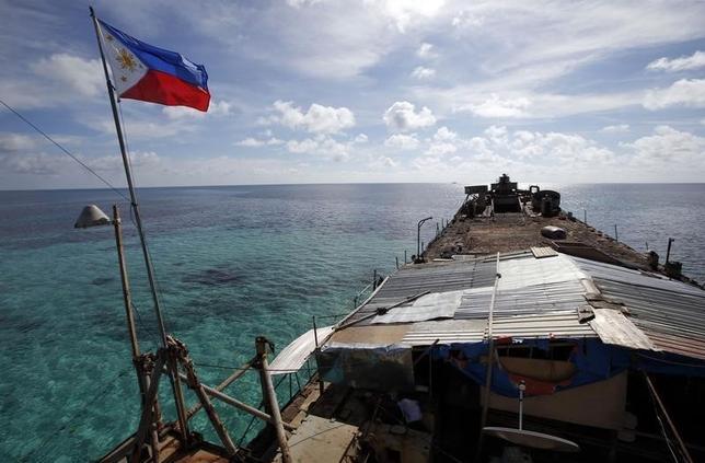 10月29日、オランダ・ハーグの常設仲裁裁判所は、フィリピンが申し立てていた南シナ海をめぐる中国との紛争の仲裁手続きを進め、今後フィリピン側の言い分を検討するための聴聞会を開くことを決めた。フィリピン国旗をつけた船、南シナ海で3月撮影(2015年 ロイター/Erik De Castro)