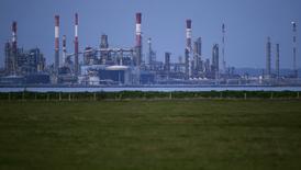 НПЗ компании Total в Донже. 26 октября 2015 года. Цены на нефть снижаются после выхода отчета о ВВП США, показавшего существенное замедление роста американской экономики. REUTERS/Stephane Mahe