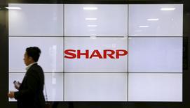 Sharp Corp a annoncé vendredi qu'il avait engagé des discussions avec plusieurs entreprises au sujet de sa division écrans LCD, une activité non rentable pour laquelle les banques créancières du groupe japonais lui demandent de trouver un partenaire. /Photo prise le 30 octobre 2015/REUTERS/Toru Hanai