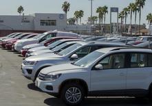 Autos nuevos y usados de la marca Volkswagen a la venta en una concesionaria de la compañía en San Diego, California, 23 de septiembre de 2015. Las ventas de Volkswagen en Estados Unidos crecieron levemente en octubre, el primer mes desde que estalló un escándalo por la manipulación de pruebas de emisiones de gases en motores diésel, dijeron dos personas familiarizadas con el asunto. REUTERS/Mike Blake